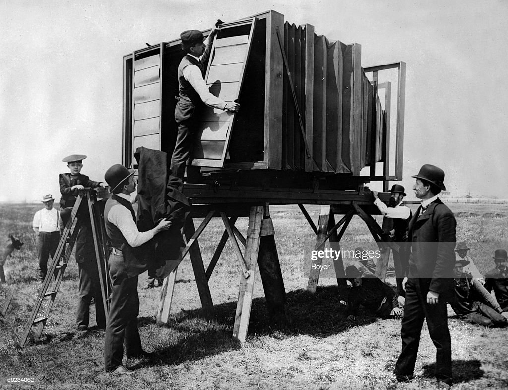 The bigest photographies in the world, on 1918. Shooting with a giant camera, Lawrence system, weighing 634 kilos. Installation of the frames which shelter the sensitive plate.
