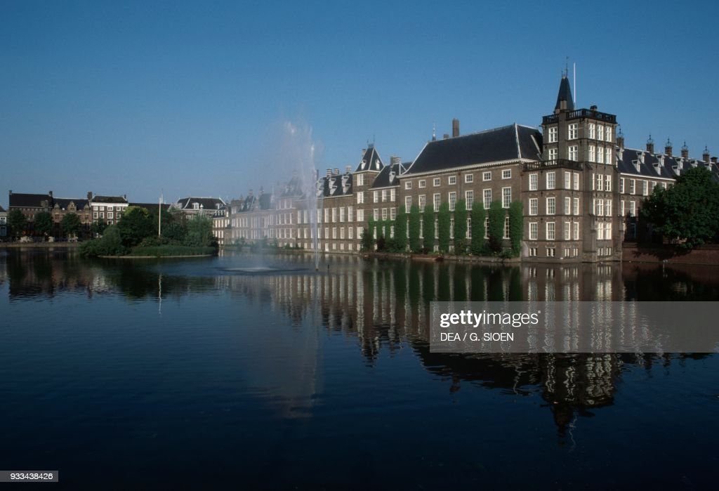 The Binnenhof complex on the Hofvijver lake : News Photo