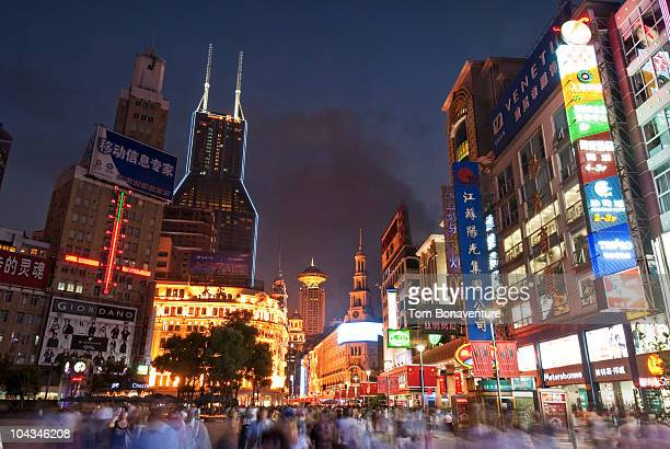 the biright lights of nanjing rd. - shanghai billboard stock pictures, royalty-free photos & images