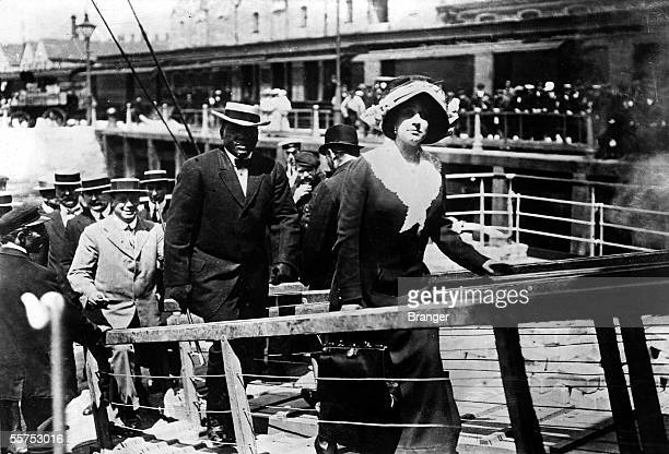 The black boxer Jack Johnson embarking on a vessel with his woman in 1913 BRA088806