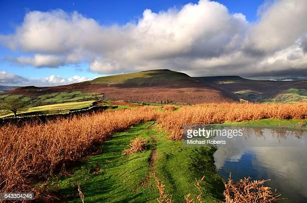 the black mountains in the brecon beacons park - crickhowell foto e immagini stock