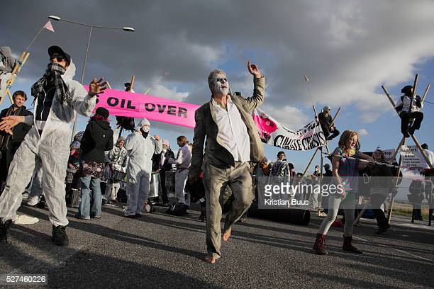 The blockade turned into a small party in the road later on in the afternoon with a pedal powerd sound system palying the tunes Crude Oil Awakening...