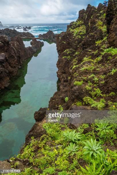 las cuencas volcánicas naturales azules de porto moniz-madeira - madeira island fotografías e imágenes de stock