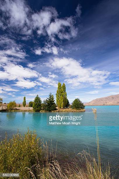 the blue waters of lake ruataniwha in twizel. - seeufer stock-fotos und bilder