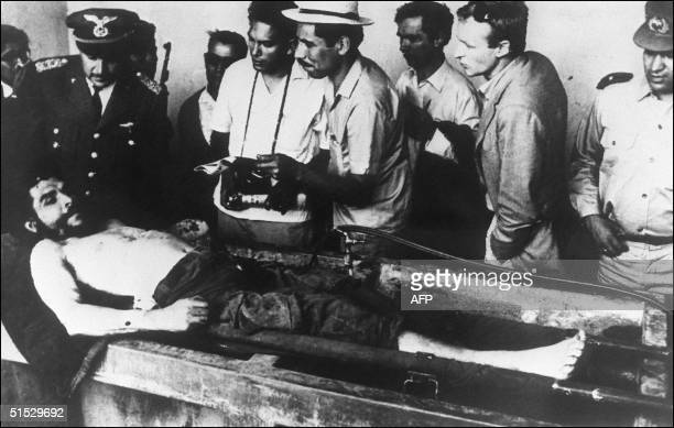 The body of Ernesto Che Guevara the Argentineborn hero of Latin American revolutionaries surrounded by Bolivian army officers and journalists is on...