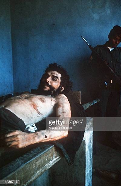 The body of Ernesto Che Guevara the Argentineborn hero of Latin American revolutionaries is on public display in the makeshift morgue 10 October 1967...