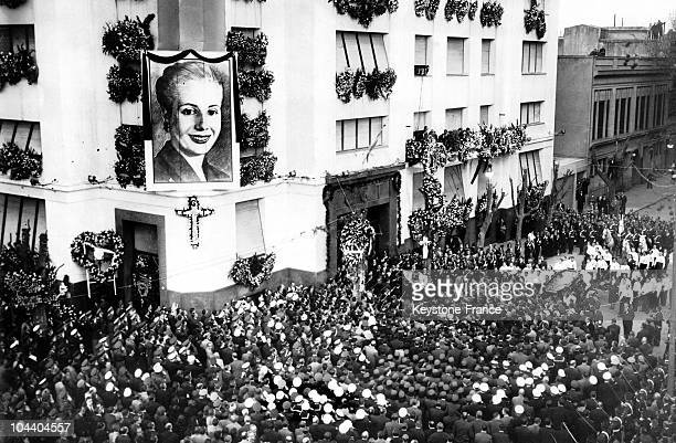 The body of Evita PERON arrives at the General Workers Confederation building A magnificient funeral for the wife of Argentinian President Juan PERON...
