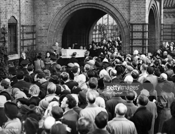 The body of Irish playwright George Bernard Shaw arrives at Golders Green Crematorium in London 6th November 1950