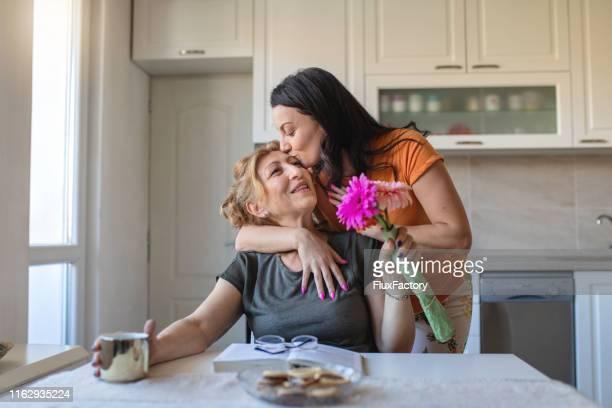 die bindung zwischen einer mutter und ihrem kind ist unzerbrechlich - muttertag blumen stock-fotos und bilder
