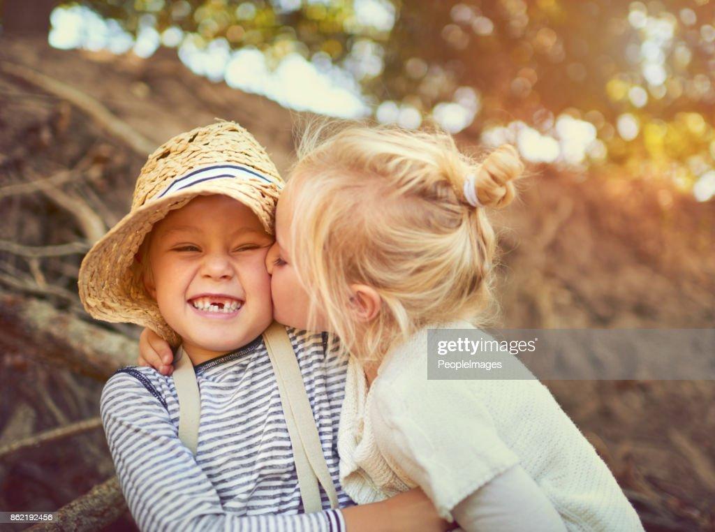 El vínculo entre hermanos es irrompible : Foto de stock