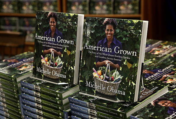 Photos Et Images De First Lady Michelle Obama Signs Copies Off Her