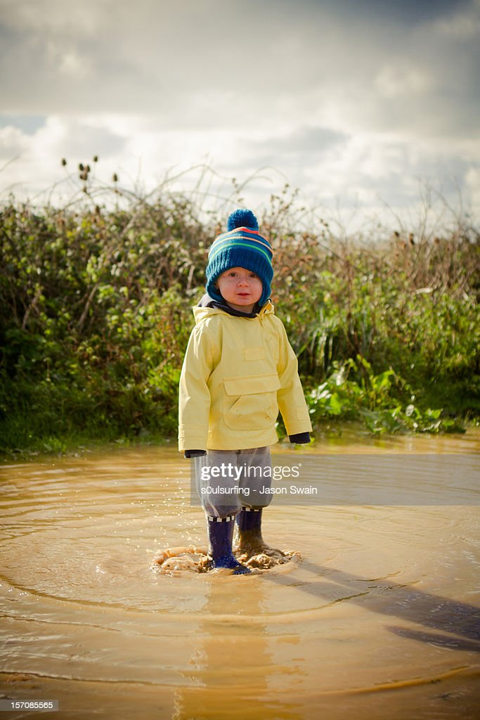 The boy and the puddle : Bildbanksbilder