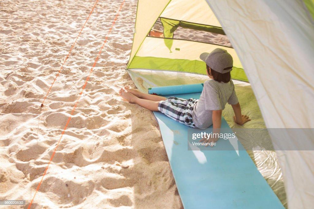 Der junge ist am Strand camping : Stock-Foto