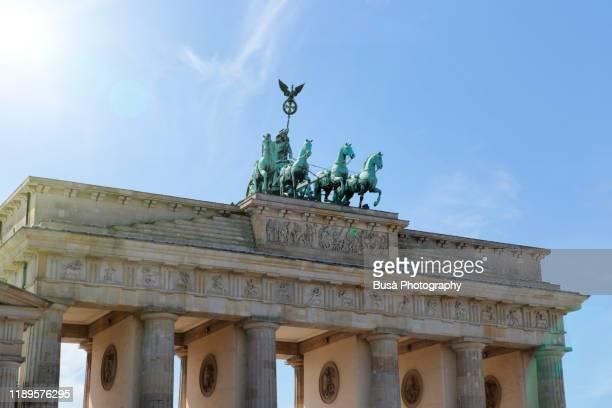 the brandenburg gate (brandenburger tor), at pariser platz, at the end of unter den linden boulevard in the mitte district of berlin, germany - 再統一 ストックフォトと画像