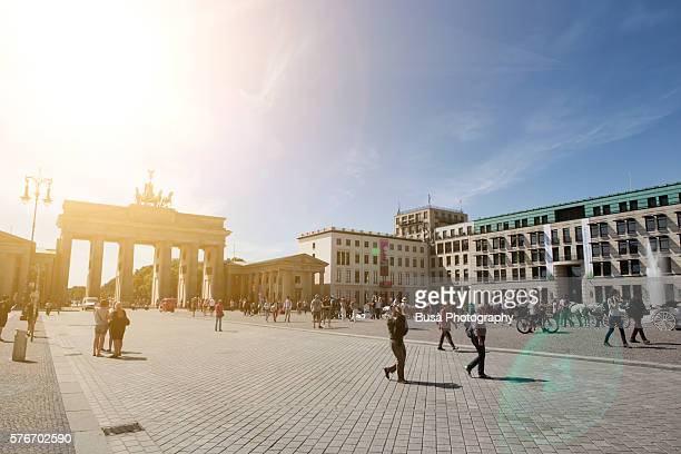 the brandenburg gate (brandenburger tor), at the end of unter den linden in the mitte district of berlin, germany - städtischer platz stock-fotos und bilder