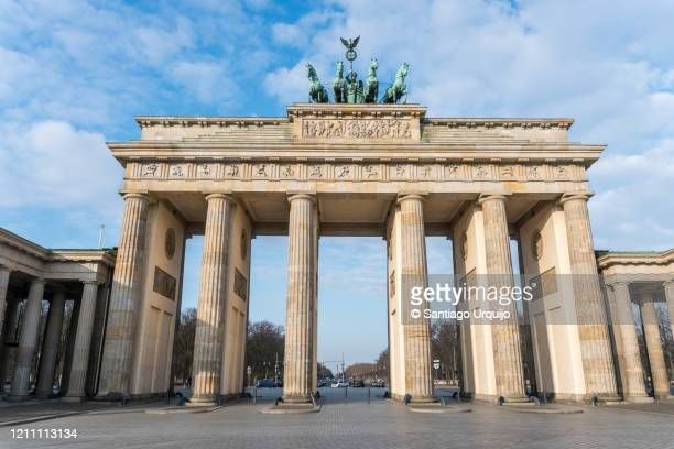 the brandenburg gate - denkmal stock-fotos und bilder