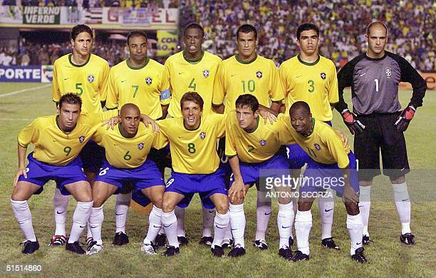 The Brazilian national soccer team poses before its 2002 FIFA World Cup Korea/Japan qualifying match against Venezuela 14 November 2001 in Sao Luis...