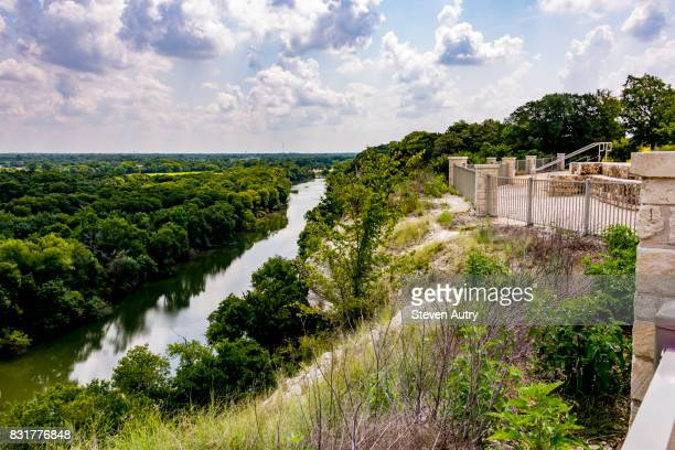 waco, texas, usa - aug 4, 2017:  the brazos river and texas hill country beyond, as seen from the area of cameron park cliffs known as emmons cliff. - waco foto e immagini stock
