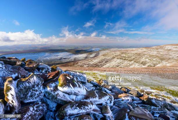 the brecon beacons seen from pen y gadair fawr in the black mountains in the snow - crickhowell foto e immagini stock