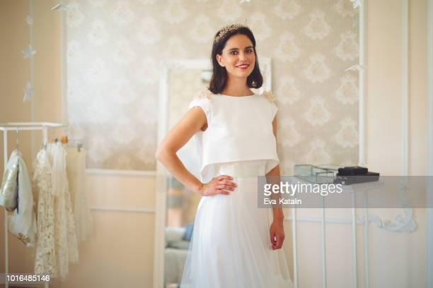 de bruid vertoont haar trouwjurk - trouwjurk stockfoto's en -beelden
