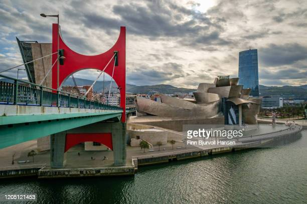 the bridge of la salve over the nervion river and the guggenheim museum - finn bjurvoll - fotografias e filmes do acervo