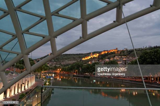 the bridge of peace over kura river, tbilisi - argenberg ストックフォトと画像
