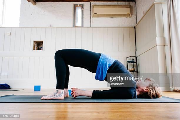 posture du pont, cours de yoga, studio d'entraînement - gymnastique au sol photos et images de collection