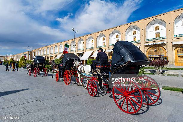 the bright red spokes wheels on horse drawn carriages. - イマームホメイニ広場 ストックフォトと画像