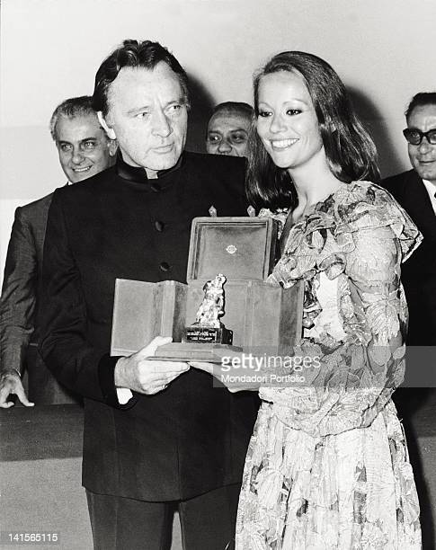 The British actor Richard Burton and the French actress Claudine Auger show the David di Donatello they received in Taormina 1973