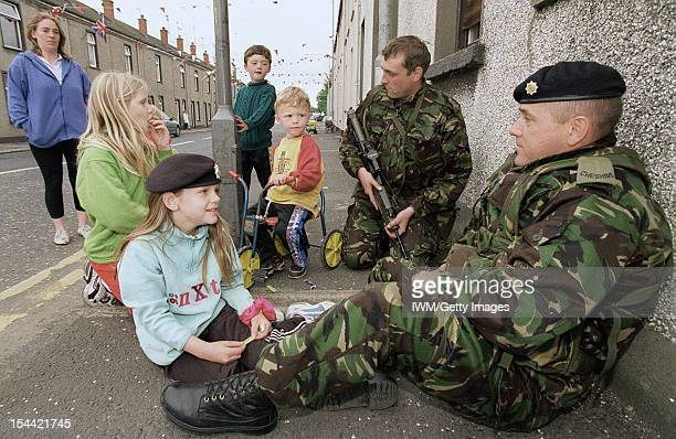 The British Army In Northern Ireland 1969 2007 Two soldiers of 1st Battalion Cheshire Regiment befriend local children in an interface area at the...