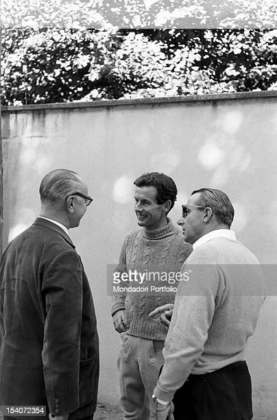 The British colonel and aviator Peter Townsend argues with some men at a horse show. Merano, 1955