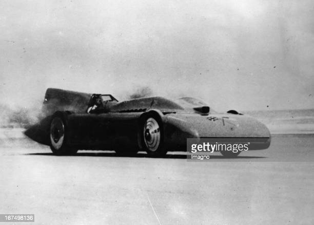 The British racer Malcolm Campbell with his race car Bluebird Daytona/Florida March 7th 1935 Photograph Der englische Rennfahrer Malcolm Campbell mit...
