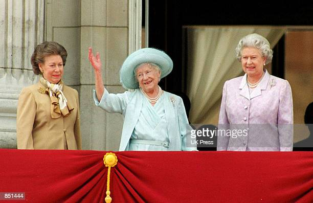 The British Royal Family gather on the balcony of Buckingham Palace with Elizabeth the Queen mother August 4 2000 to celebrate The Queen Mother's...