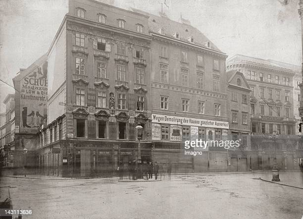 The building at StockimEisenPlatz 3 located at the corner Kaerntner Strasse/ Stephansplatz shortly before the demolition It was replaced by the...