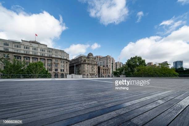 the bund of shanghai, town square - piazza foto e immagini stock