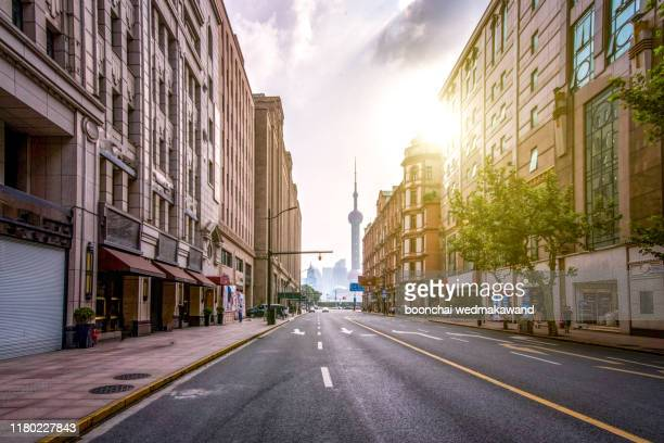 the bund, old part of shanghai - corner stock pictures, royalty-free photos & images