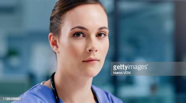 de zaken van het redden van levens vereisen een serieuze betrokkenheid - operatiekleding stockfoto's en -beelden