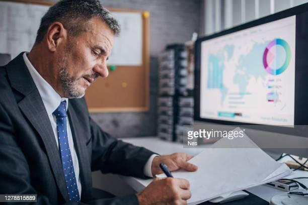 ビジネスマンが契約書に署名する - 担当責任者 ストックフォトと画像