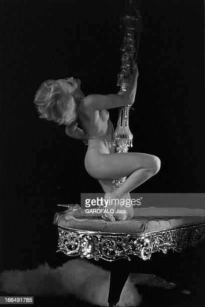 The Cabaret ' Le Milliardaire' 3 février 1978 Paris le cabaret ' le milliardaire' Sur scène pose de la jeune femme dans un numéro de strip ease...