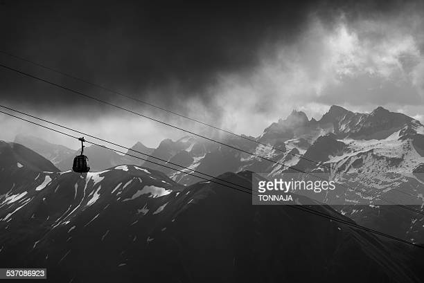 the cable car in the foggy time (black&white) - gondel stock-fotos und bilder