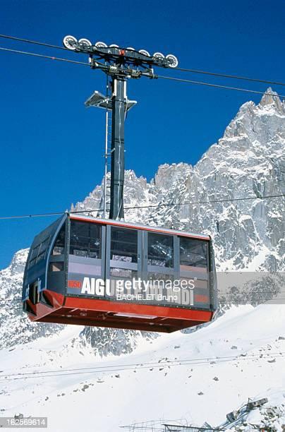 The Cable Car Of The Aiguille Du Midi Dans le massif du Mont Blanc le téléphérique de l'Aiguille du Midi suspendu avec une vue de la montagne de l'...