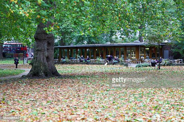 """""""the cafe in the park"""" russel square,london - bloomsbury london stock photos and pictures"""