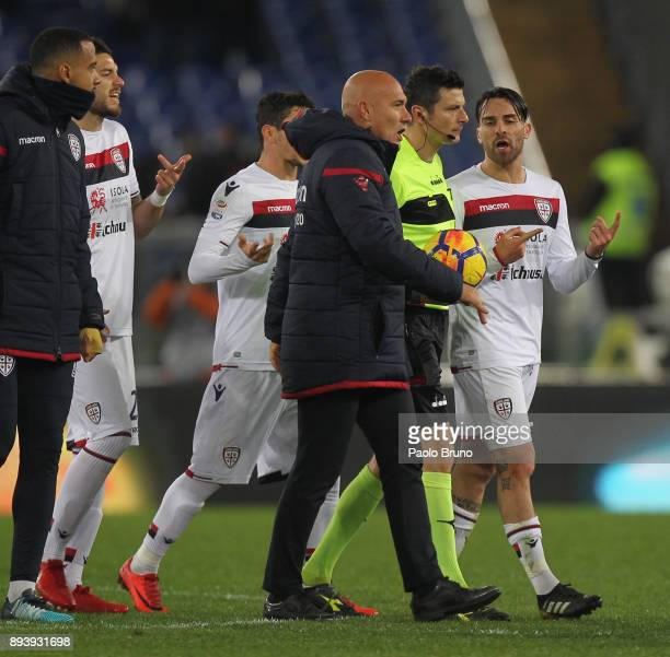 The Cagliari Calcio players reacts against the referee Antonio Damato after checking the VAR during the Serie A match between AS Roma and Cagliari...