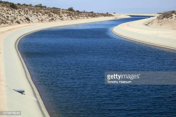 the california aqueduct winds its way through the landscape - timothy hearsum fotografías e imágenes de stock