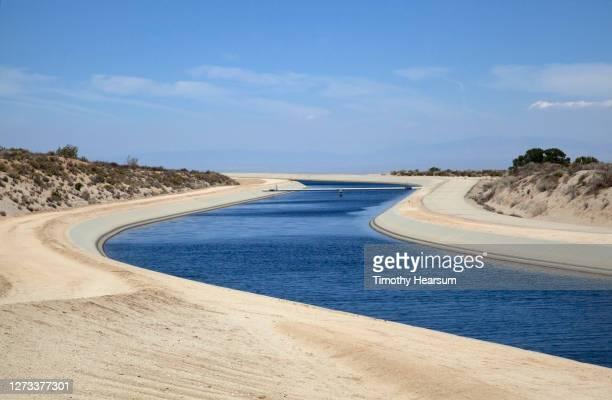 the california aqueduct winds its way through the landscape - timothy hearsum stock-fotos und bilder