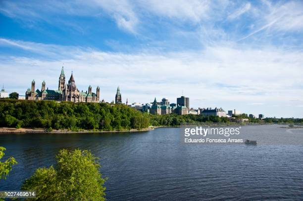 the canadian parliament and the ottawa river - ottawa stock-fotos und bilder