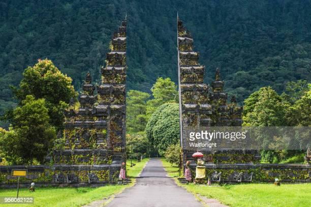 the candi bentar split gate,bali,indoneisa - indonesien stock-fotos und bilder