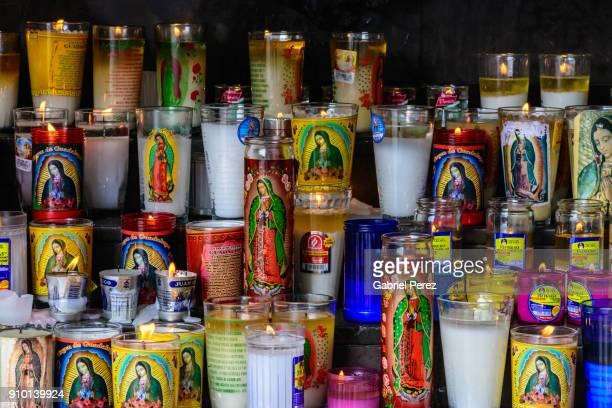 the candles of faith - la vierge marie photos et images de collection
