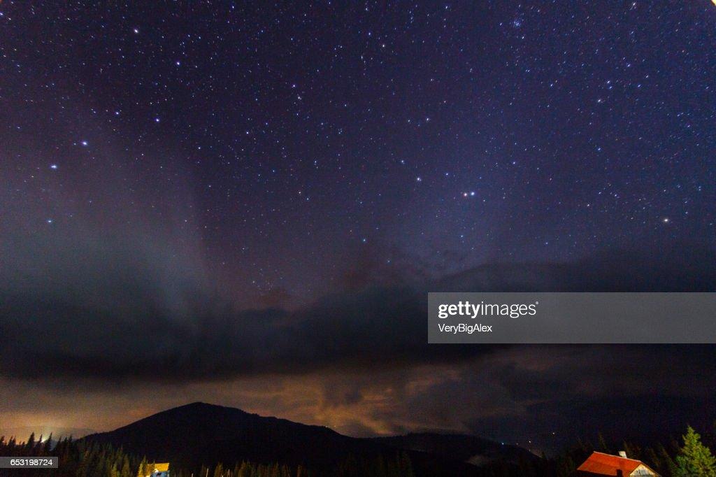Die Karpaten. Eine schöne Berglandschaft. Natur in den Bergen. Schöne Wolken. : Stock-Foto