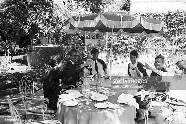 The Casablanca Millionaire En mai 1965 au Maroc celui que l'on nomme le Milliardaire de Casablanca photographie dessine et peint Dans son studio...
